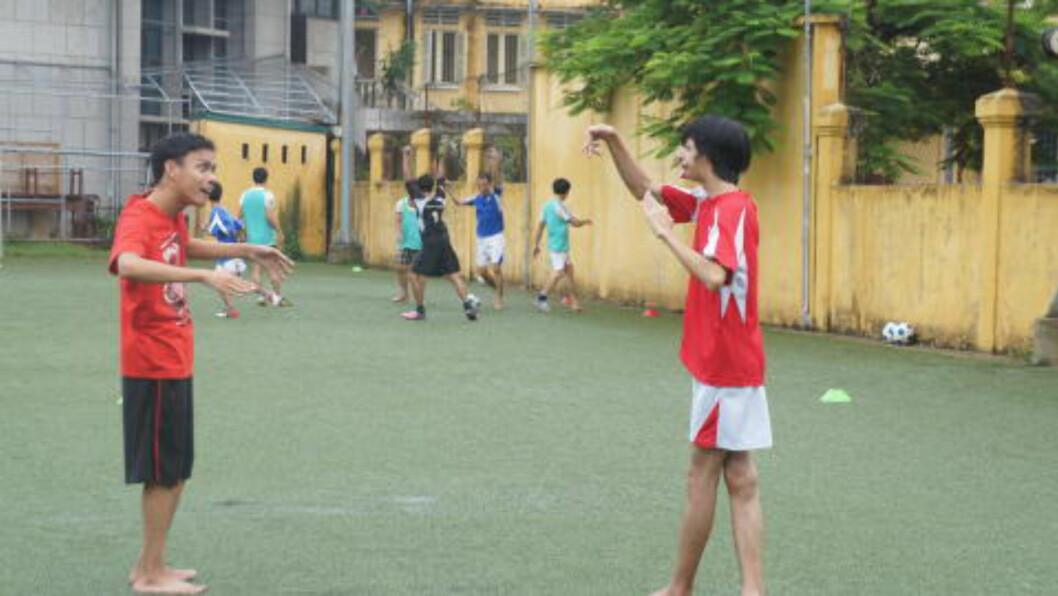 <strong>EGET TILBUD:</strong>  Døve fotballspillere får tolkehjelp av andre med funksjonshemninger på denne FFAV-klubben i Hue. FOTO: Trang Tran.