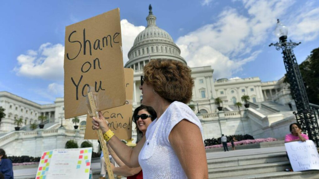 OPPGITT: Demonstranter holder opp bannere utenfor Capitol i Washington DC i går. Foto: Jewel Samad / AFP Photo