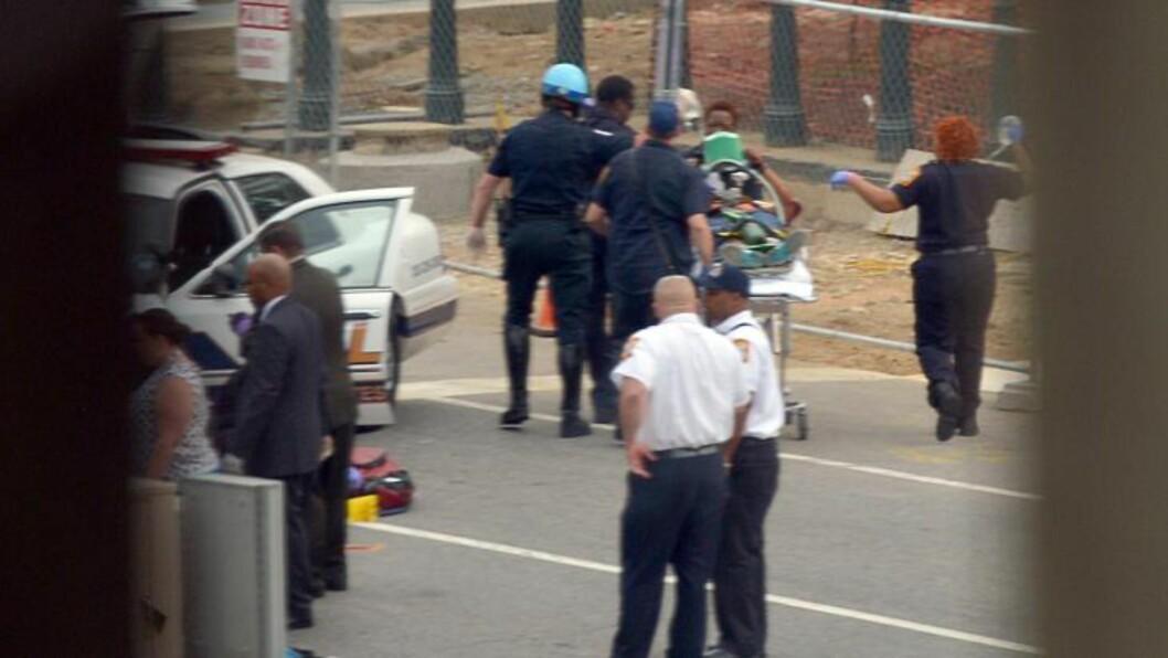 <strong>AMBULANSE:</strong> Skadde personer blir fraktet vekk av ambulansemannskap ved Capitol Hill. Foto: Mandel NGAN / AFP / NTB SCANPIX