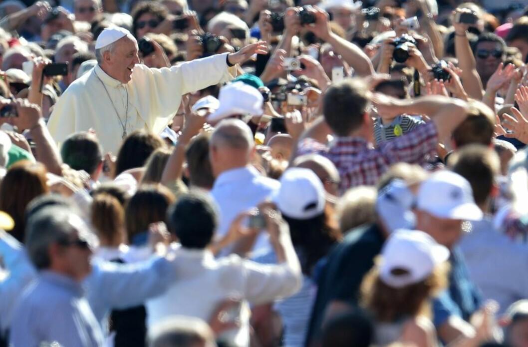 FOLKETS PAVE: Pave Frans hvor han liker seg best, på gata blant vanlige folk. Han føler seg «i bur» i Vatikanet, men skjønner det er nødvendig. Han vil jage kardinaler, erkebiskoper, biskoper og prester ut av palasser og kontorer til «utkantene, hvor folk lider». Kirka skal være «et feltsjukehus». Foto: AFP / Scanpix / ALBERTO PIZZOLI