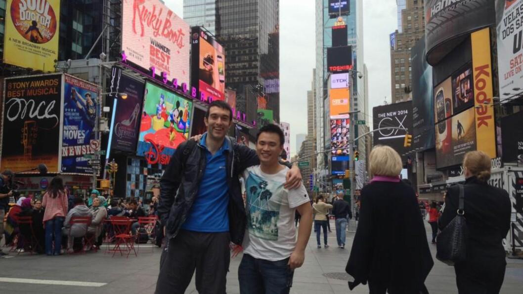 <strong>REVET MED:</strong> Australierne Josh Teo (24) (til høyre) og Jason Arman (24) fra Melbourne bruker ferien på å se Ylvis. Foto: Jonas Pettersen