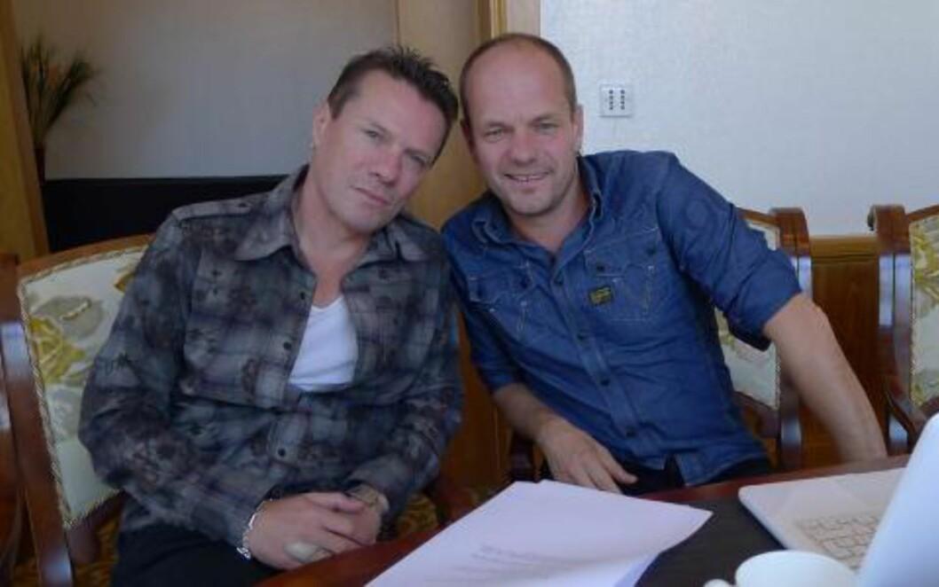 TØFFEST I U2: Filmens manusforfatter Harald Rosenløw-Eeg er erklært U2-fan og mener Larry Mullen jr. er bandets tøffeste medlem. Her møter han helten under arbeidet med filmen. Foto: Erik Poppe/Euforia