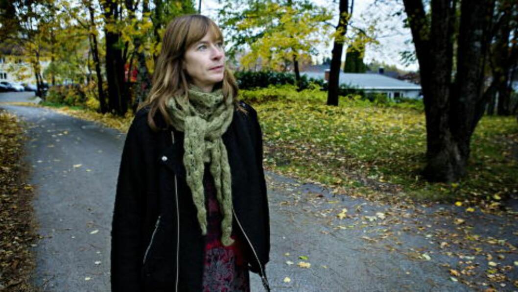 <strong>FAMILIEHISTORIE:</strong> Hun har ikke lyst til å gå helt bort til barndomshjemmet. Huset ble solgt da moren hadde fått alvorlig alzheimer og måtte flytte på sykehjem. &mdash; Det er rart å være på Høn, det er noe uforanderlig her, sier hun. Foto: Nina Hansen / Dagbladet