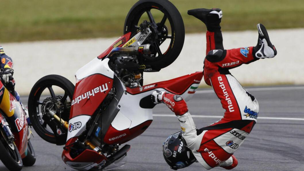 <strong> KASTET AV SYKKELEN:</strong>  Miguel Oliveira fikk et uønsket møte med asfalten i nattens Australia Grand Prix. Foto: Brandon Malone / REUTERS / NTB Scanpix
