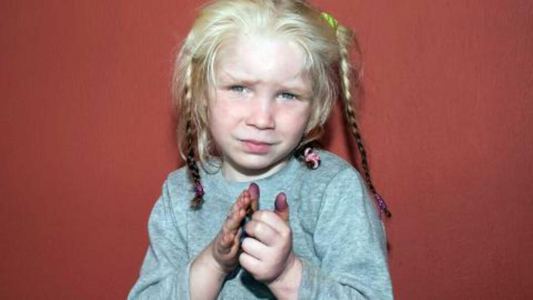 <strong> BLONDT HÅR, GRØNNE ØYNE, LYS HUD:</strong>  Gresk politi gikk ut med dette bildet av den fire år gamle jenta fredag - dagen etter at hun ble innbrakt fra romleiren i Farsala. Foto: AFP/NTB Scanpix.