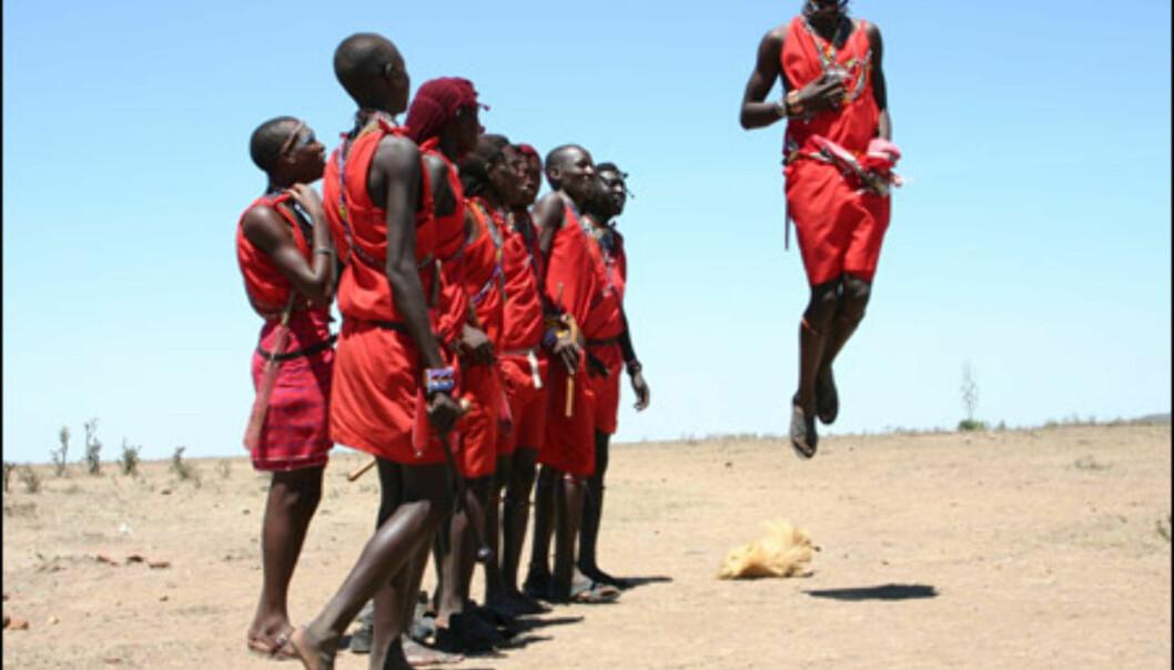 Hoppingen er en viktig bestanddel i Masai-dansen. Masaiene bruker ikke armene når de tar sats, og hopper bemerkelsesverdig høyt.