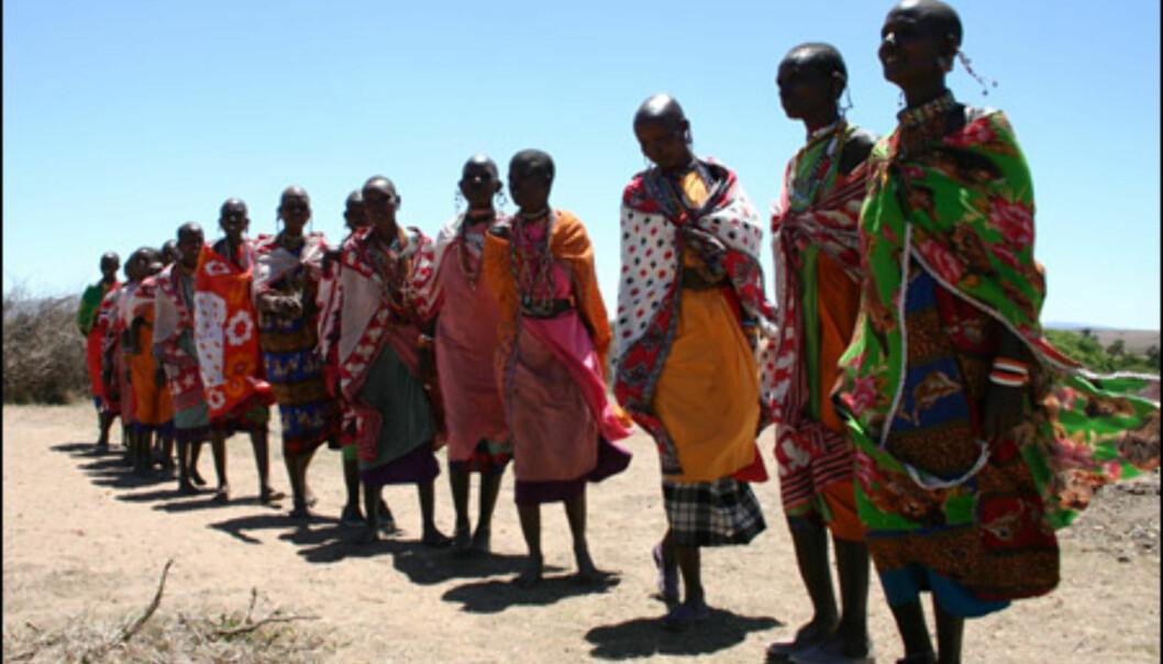 Også masai-kvinnene er fargerike, i dobbel forstand.