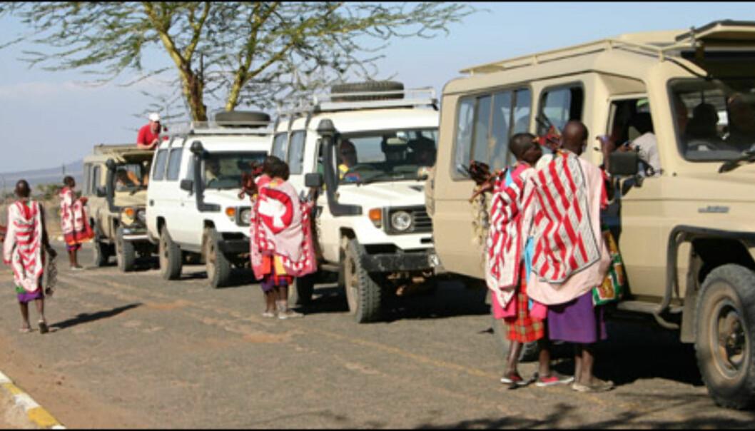 Mange masaier livnærer seg ved å selge suvernirer til turistene.