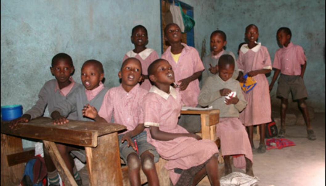 Besøk på kenyansk barneskole. Penner og blyanter er svært velkomne gaver.