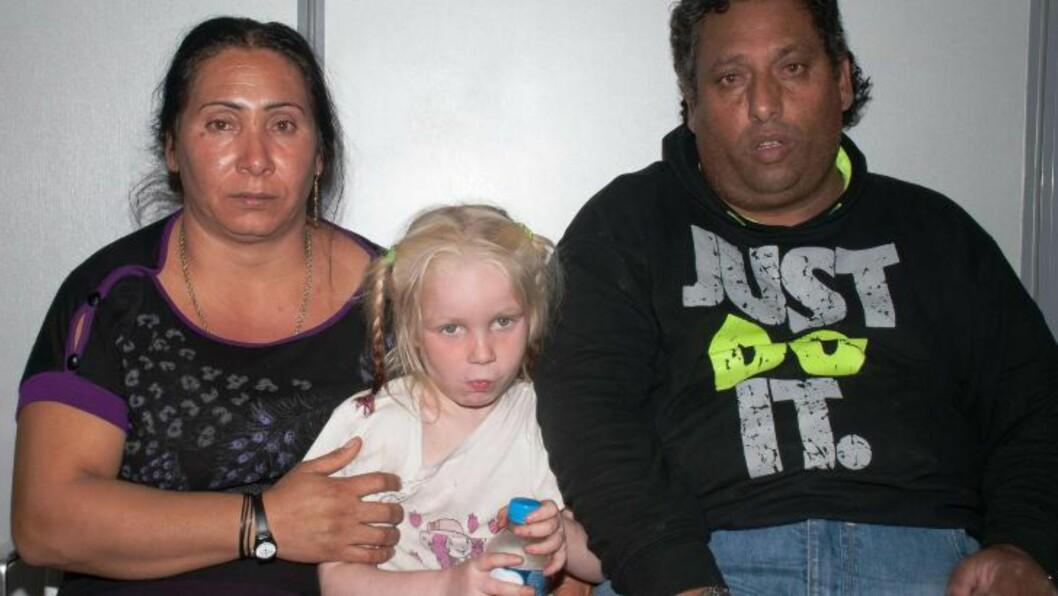 <strong>FUNNET I ROMLEIR:</strong> Christos Sali (t.h) og Eleutheria Dimopoulou er siktet for bortføring av lille «Maria». Det er fremdeles uklart hvem hun egentlig er og hvor hun kommer fra. Foto: AFP Photo/Gresk politi/NTB Scanpix
