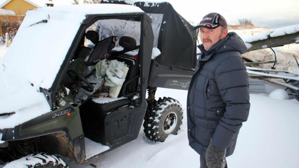 HJALP TIL: Nabo Per Sigmund Bomban ved kjøretøyet han hjalp til med å løfte opp. Foto: Stian Hansen / Finnmarken