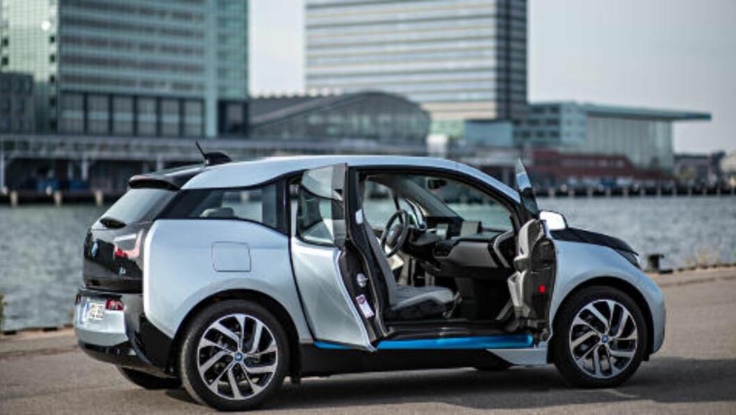 <strong>BYBIL:</strong> BMW'en er praktisk, og med en rekkevidde på 16 mil mellom hver lading, rekker du en liten svipptur ut av byen også. Foto: BMW