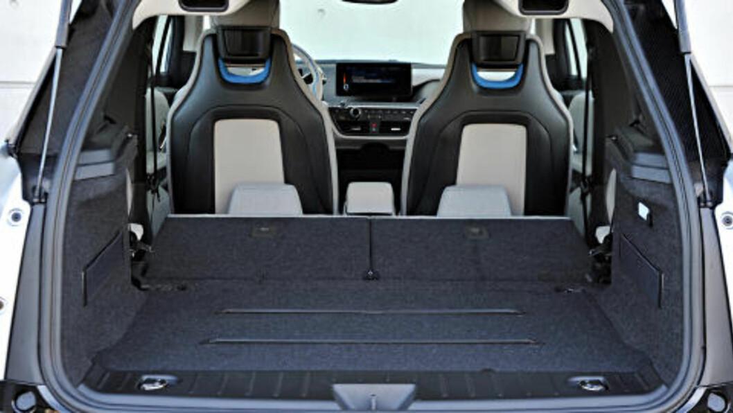 PLASS NOK? BMW i3 er en småbil, men med nedslåtte bakseter rommer den 1100 liter. Foto: BMW