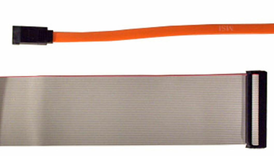 SATA-kabelen (over) er mindre enn PATA-kabelen (under)