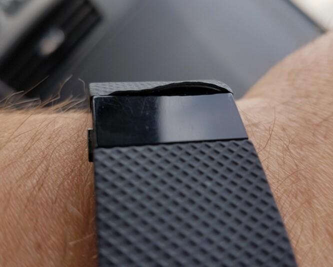 <strong>ØDELAGT FITBIT:</strong> Dette er Fitbit-armbåndet til Thomas Holth etter 1 års bruk: Plastremmen har løsnet. Han understreker at han fikk en ny etter 3 dager - og er veldig fornøyd med kundeservicen fra Fitbit. Foto: THOMAS HOLTH