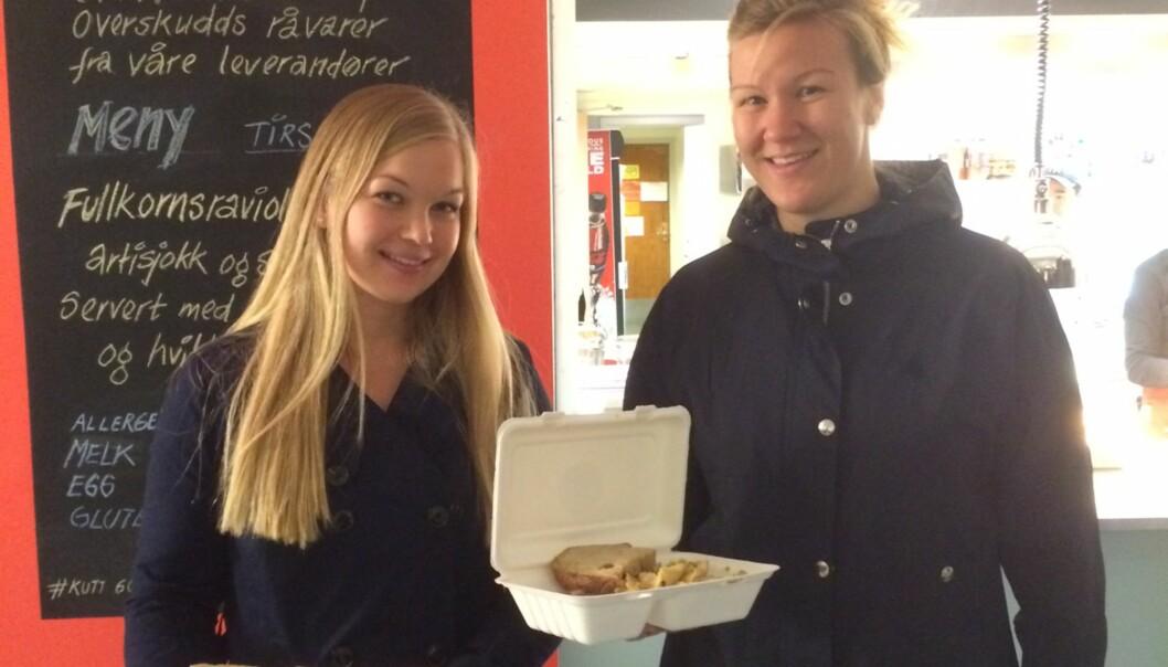 """<strong>RAVIOLI:</strong> &nbsp;Unge kaster mest, men ikke alle. Medisinstudentene Anne Lise Gjøs (27) og Merete Karlsen (27) e<span style=""""line-height: 1.5;"""">r flinke til å bruke rester i kjøleskapet og kaster sjelden mat hjemme. Her er de fotografert da de kjøpte ravioli-lunsj på studentenes egen overskuddsmat-restaurant, Kutt Gourmet, på Blindern. Nærmere ni av ti nordmenn oppgir at de kaster mat hjemme.</span><span style=""""line-height: 1.5;"""">. Foto: TINE FALTIN&nbsp;</span><div><br></div>"""