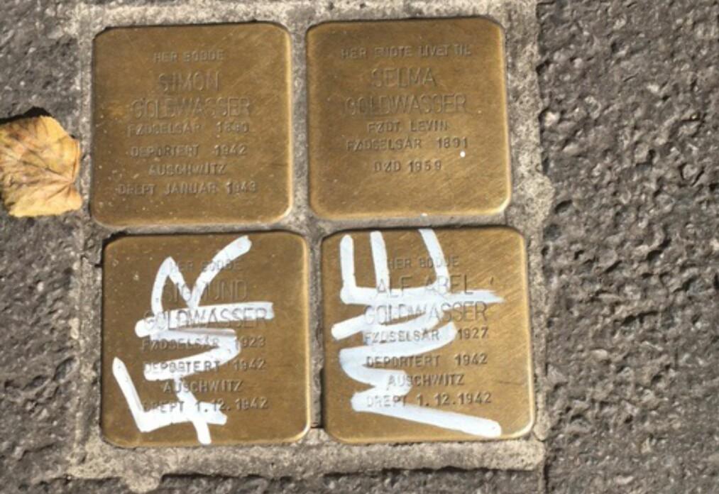 <strong><b>VANDALISERT:</strong></b> I Brugata i Oslo ligger disse steinene som minne om en deportert familie. Dette bildet er tatt i går. Foto: Jens Brun Pedersen