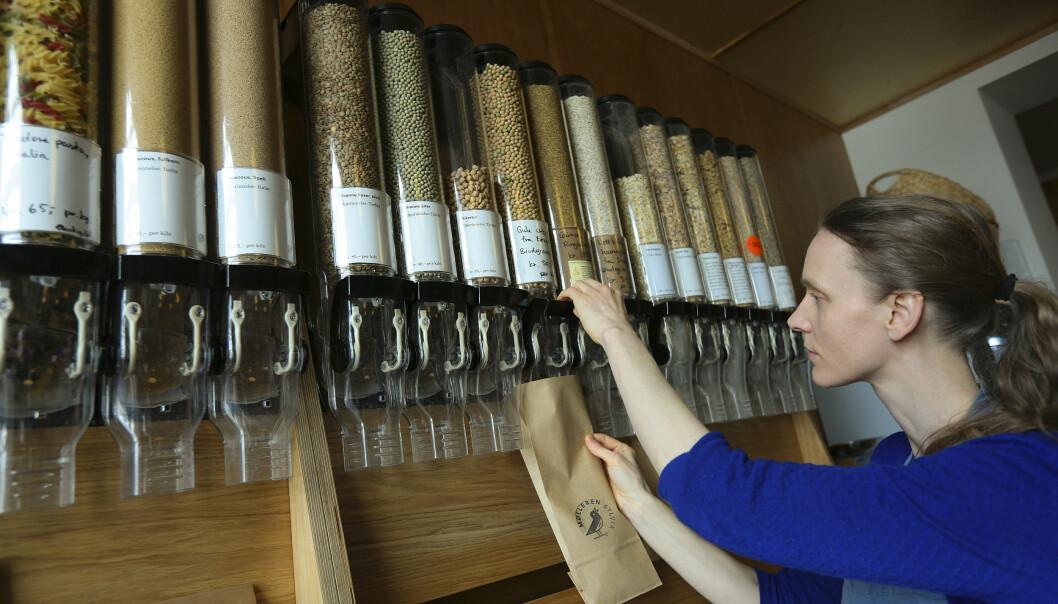 <strong>PLANLEGGER:</strong> &nbsp;Kundene til Elisabeth Tollisen hos&nbsp;Mølleren&nbsp;Sylvia i Oslo kjøper mat i løs vekt i mindre kvanta og kommer gjerne med egen emballasje for å spare miljøet. Å planlegge innkjøp kan bidra til å få ned matsvinn. Hvert år kaster hver nordmann 46,3 kilo mat i snitt, og hver femte handlepose går rett i søpla. Foto: DAGBLADET