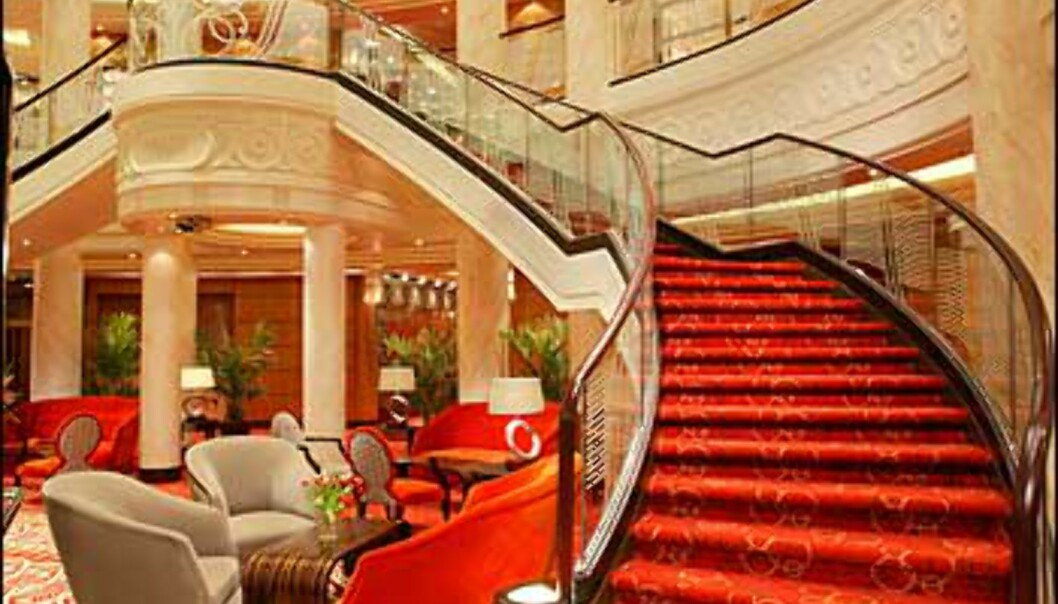 QM2s lobby - med en trapp som er <i>Dynastiet</i> verdig.