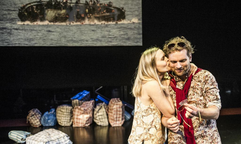 TURISTER VED MIDDELHAVET: Kjærsti Odden Skjeldal og Morten Svartveit i «Festning Europa». Foto: Dag Jenssen, Det Norske Teatret