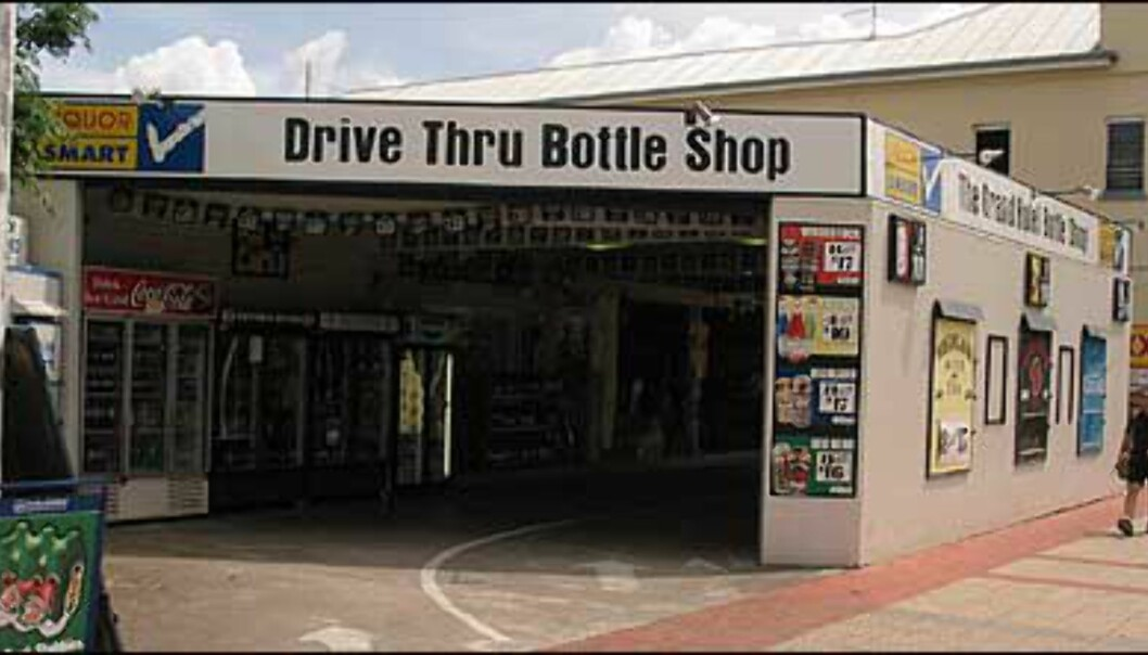 I varmen blir man tørst, og tørsten kan for eksempel slukkes i Drive Thru Bottle Shop. Foto: Sindre Storvoll