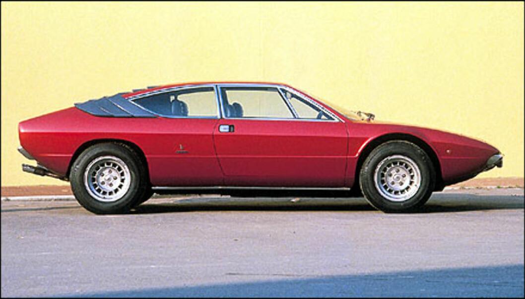 Under bilutstillingen i Torino i 1971 stjal Bertone showet med lanseringen av Lamborghini Urraco P250. Bilen hadde en tverrstilt V8 på 2,5 liter.