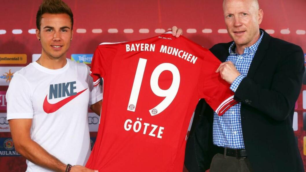 <strong> IKKE BLIDE:</strong>  Antrekket Mario Götze valgte å stille i på dagens offisielle presentasjon har ikke falt i god jord verken hos Bayern München eller deres hovedsponsor. Foto: EPA / ALEXANDER HASSENSTEIN / NTB Scanpix