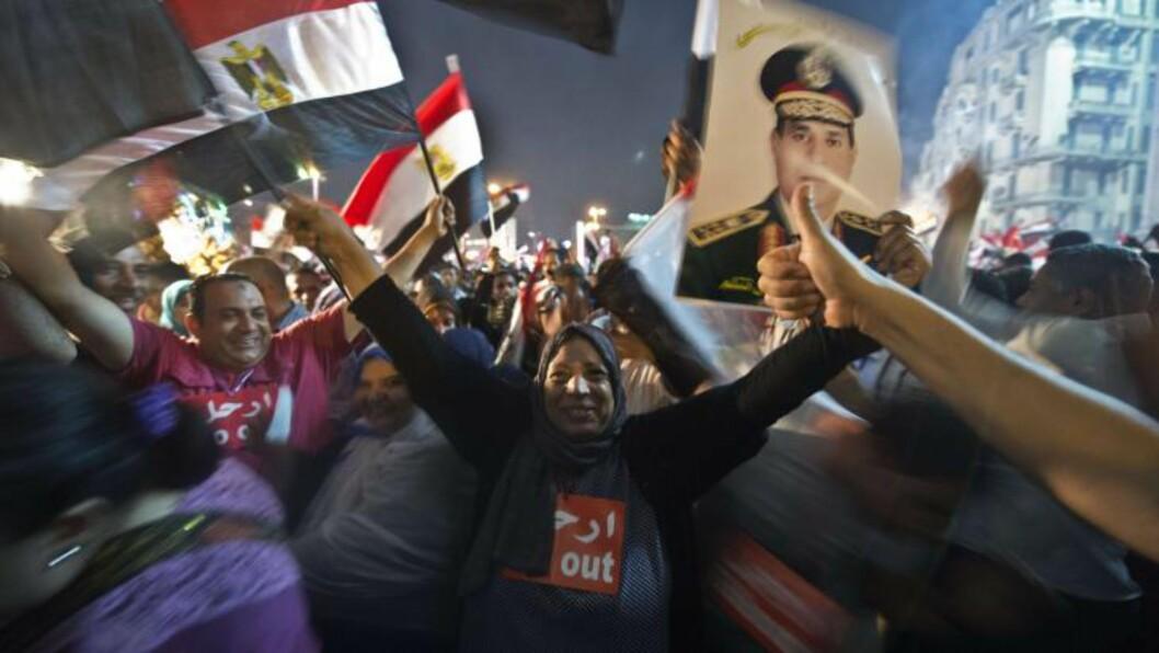 <strong>VILL JUBEL:</strong> Demonstranter hyller Abdel Fattah al-Sisi, forsvarsministeren i Egypt, som avsatte president Mohamed Mursi. Foto: AFP PHOTO / KHALED DESOUKI
