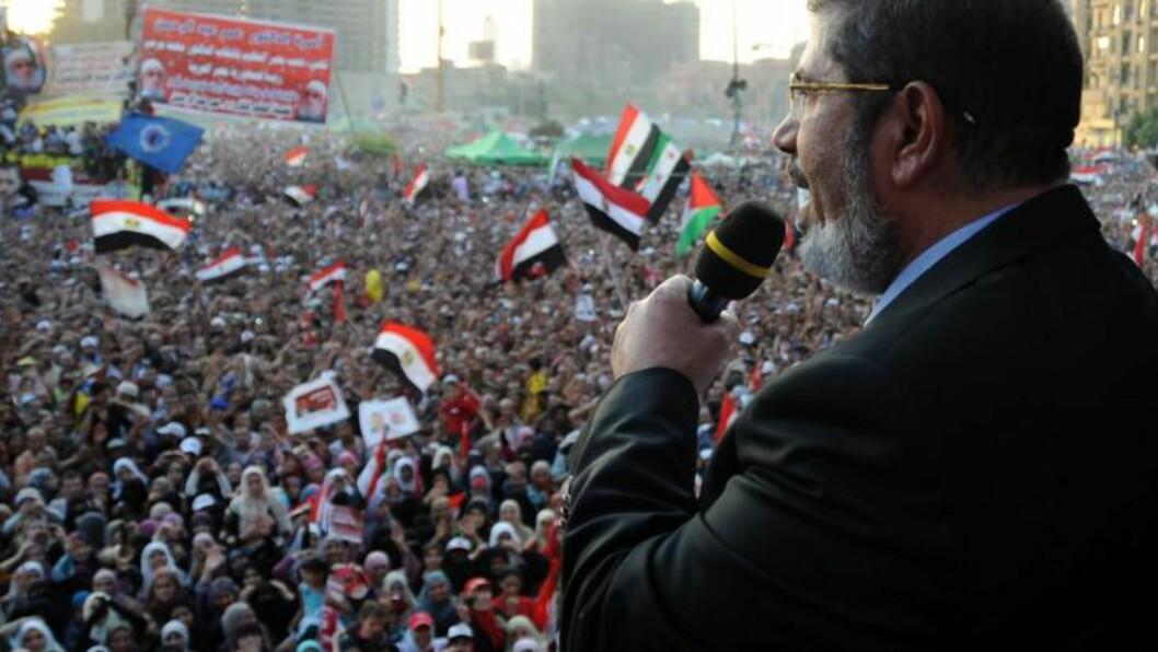 <strong>INNSATT:</strong> Mursi taler til tilhengerne sine på tahrir-plassen like etter at han ble valgt til president i fjor. Foto: EPA / MOHAMED ABDEL MOATY / NTB scanpix