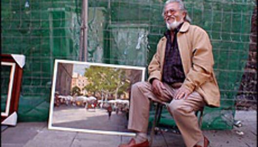 Formiddagshandel på et av Barcelonas mange markeder. Jordi Serrat Mallarch selger malerier.<br /> <br /> <i>Foto: Inga Holst</i> Foto: Inga Ragnhild Holst