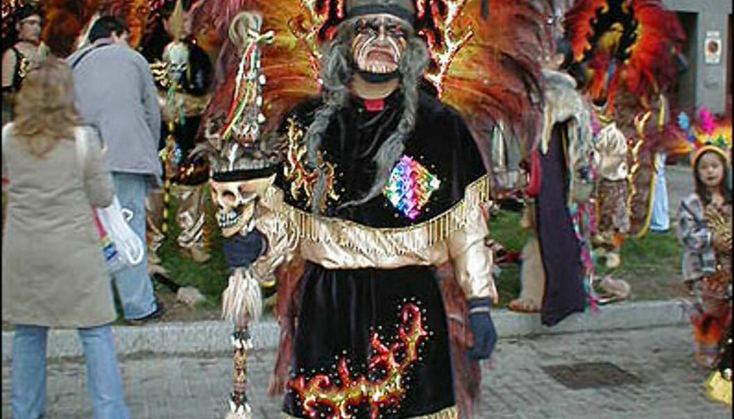 - Vi er en dansetrupp som kaller oss Qori Inkas, forteller denne karen som skal danse toba i karnevalet i bydelen Sants. Tobas er også et eget språk som snakkes av cirka 20.000 mennesker i Amazonas-regionen i Bolivia, Argentina og Paraguay. Hvert år feires karnevalet med cirka 80.000 deltakere. Og deltakerne kommer fra alle deler av verden.<br /> <i>Foto: Inga Holst</i> Foto: Inga Holst