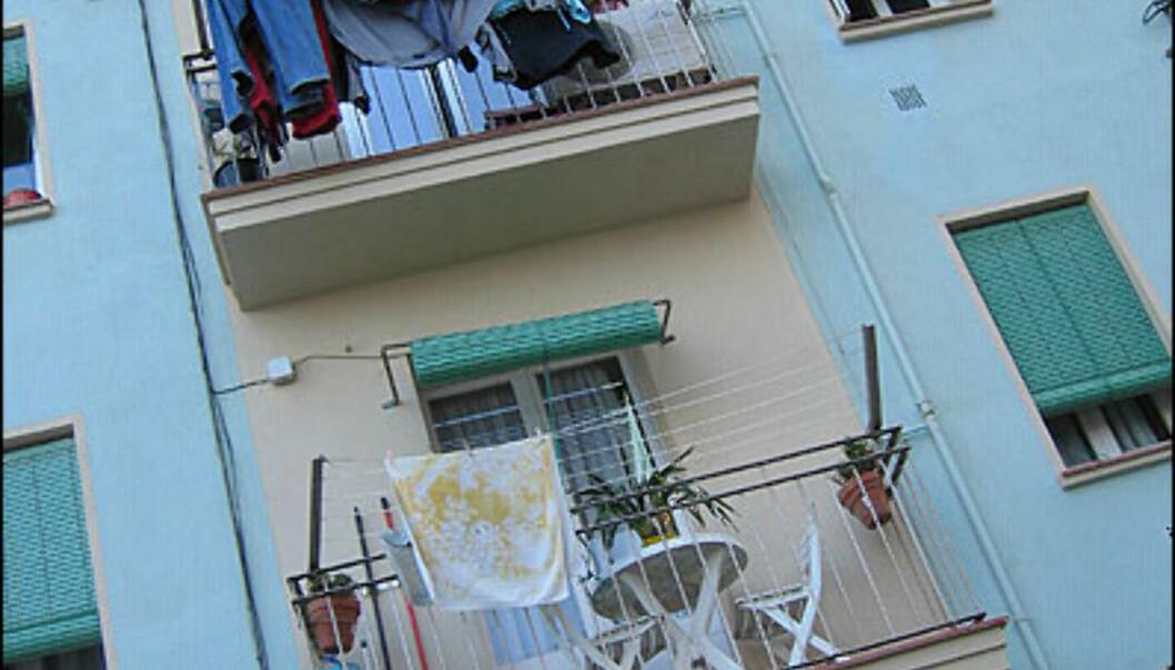 <strong>BARCELONETA:</strong> I de små leilighetene i Barceloneta bodde det tidligere fiskere. Nå begynner bydelen å slå seg opp, takket være beliggenheten ved stranda, og fiskerestaurantene her nede er mange og ofte gode.<br /> <br /> <i>Foto: Inga Holst</i> Foto: Inga Holst