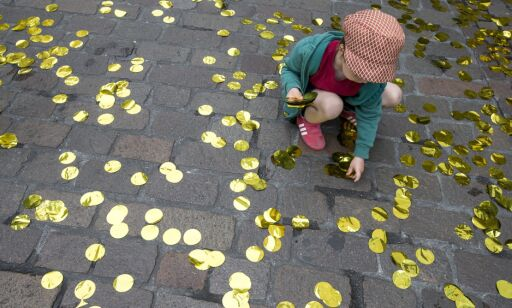 epa05347531 A child collects golden confettis from the ground at the get-together of the promoters of the initiative for an unconditional basic income in Basel, Switzerland, 05 June 2016. The initiative was clearly rejected by 76.9 percent of the Swiss voters. Swiss people went to the polls to vote on five topics: an unconditional basic income for all, a plan to speed up asylum procedures, public service reforms, a law on prenatal genetic screening, and a proposal to boost road finance.  EPA/ALEXANDRA WEY