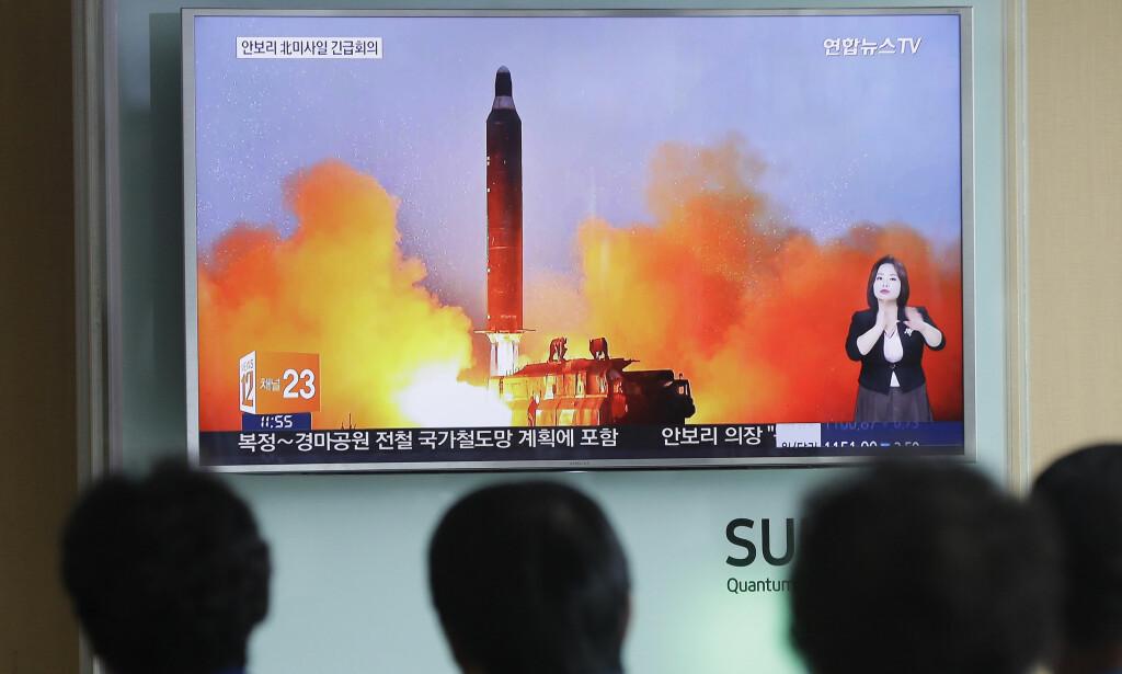 FØLGER MED PÅ NABOEN: Sørkoreanere følger med på tv-nyhetene, som viser oppskyting av en rakett fra Nord-Korea i juni. Diplomati og sanksjoner har ikke klart å stoppe Nord-Koreas atomprogram, og nabolandet kan snart være i stand til å angripe USA med kjernevåpen. Foto: AP / NTB Scanpix
