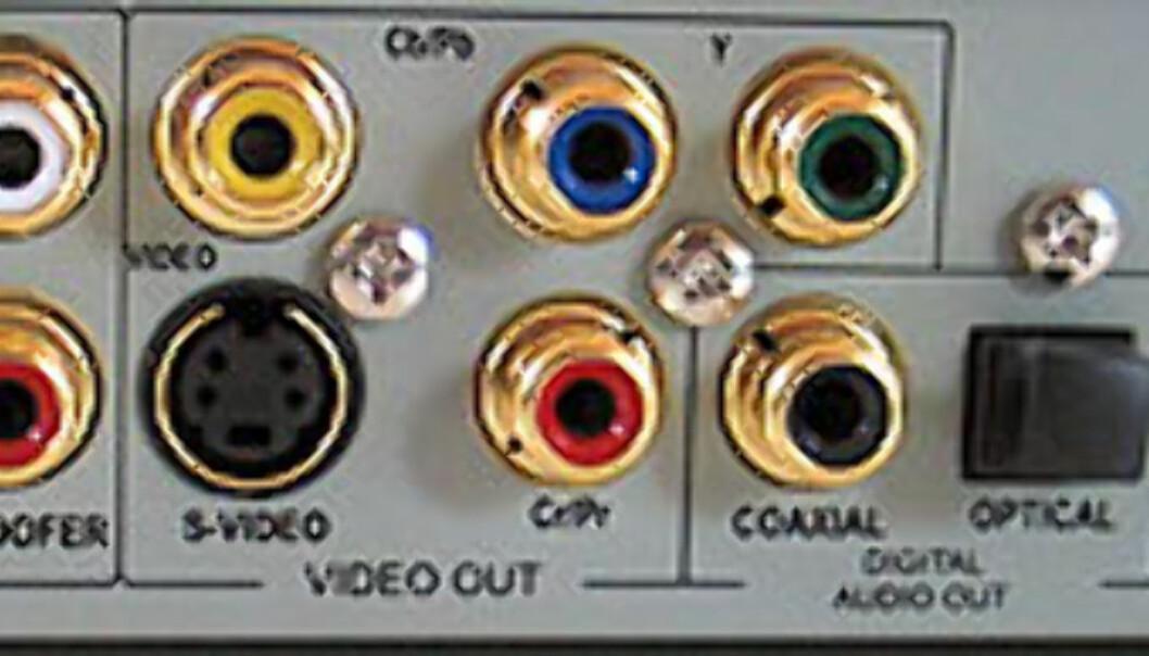 Her er godt med tilkoblingsmuligheter. Lyd kan styres fra fjernkontrollen.