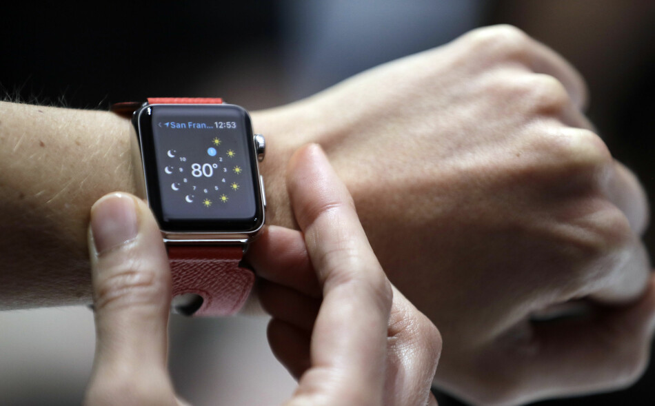 APPLE WATCH SERIES 2: Nye Apple Watch ser i bunn og grunn ut som den gamle. Men den har lært seg noen nye triks. Foto: AP Photo/Marcio Jose Sanchez