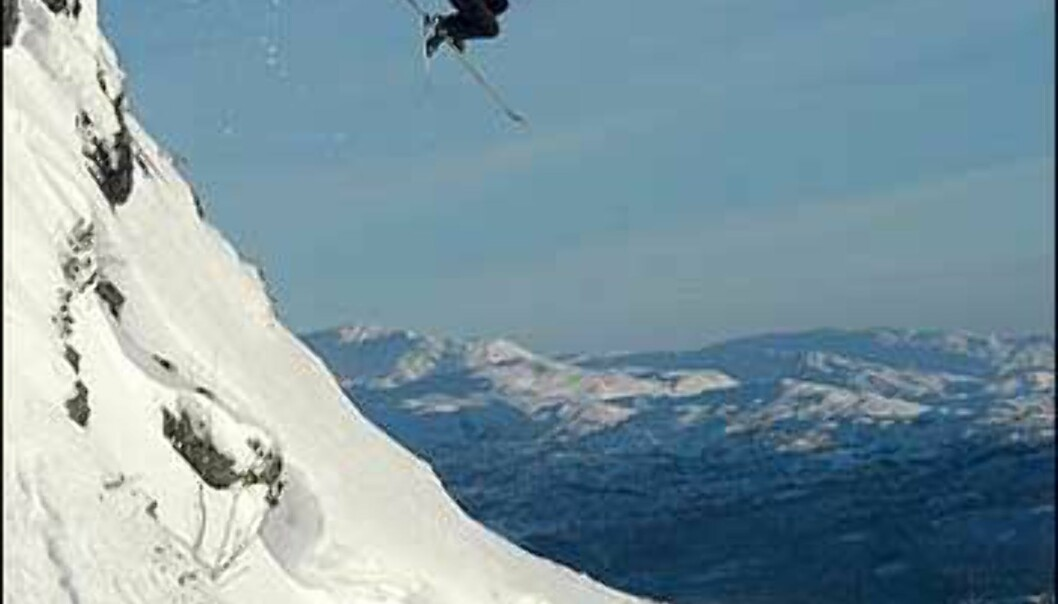 Her bærer det utfor en 5 - 6 meter høy fjellskrent på Voss i januar. <br /> <I>Foto: Kristian Kvamme</I>  Foto: Kristian Kvamme