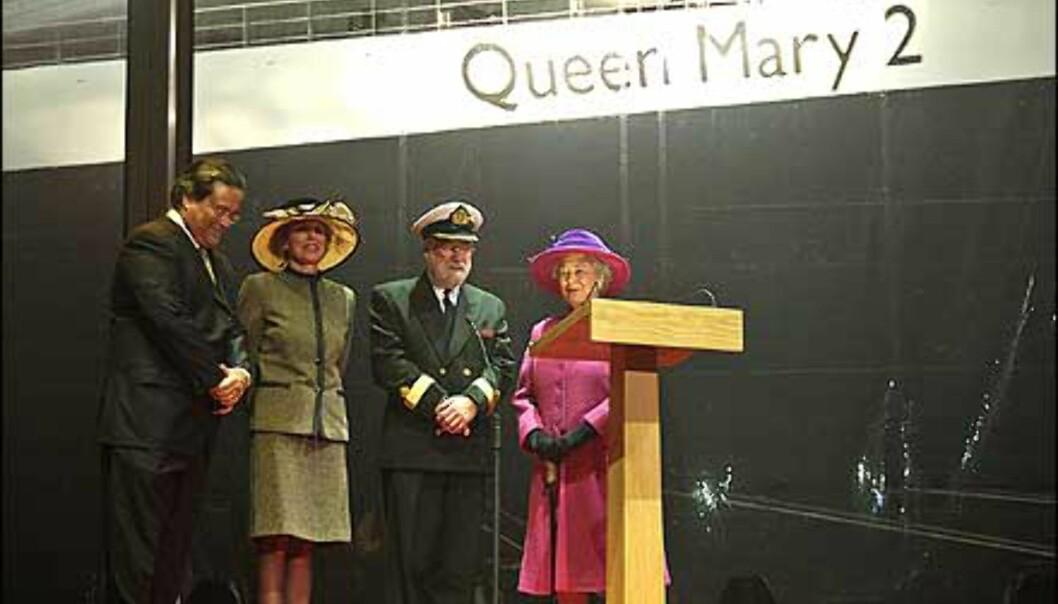 """Jeg døper dette skipet «Queen Mary 2». Måtte Gud velsigne det og alle som seiler med det."" Den britiske monarken døpte luksuslineren. <br />"