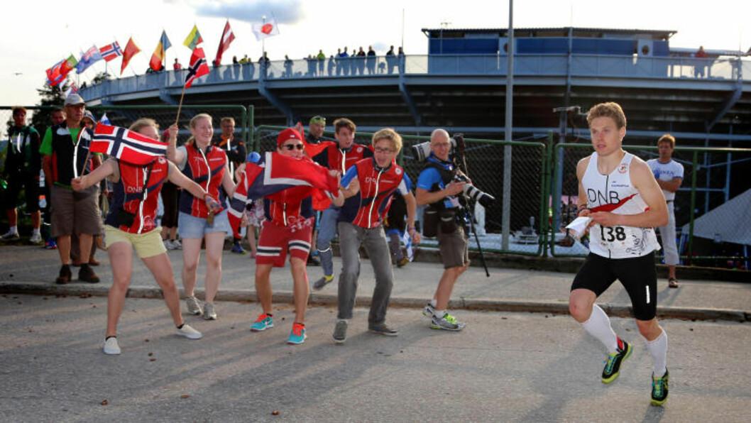 GOD STØTTE: Carl Godager Kaas på vei ut mot første post under VM-sprinten i finske Sotkamo. En liten gjeng norske supportere gir sine heiarop. Den dagen hjalp det lite.