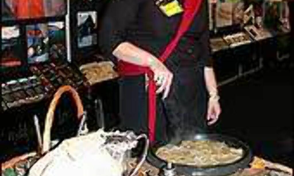 Karen Marie Skarshaug serverer ræsprisk (potetpannekaker) på Reiseliv 2004