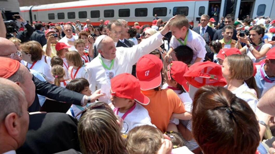 PAVE FRANS: Her møter paven en gruppe barn som besøker Vatikanet. Foto: EPA/L'OSSERVATORE ROMANO/HANDOUT/NTB SCANPIX