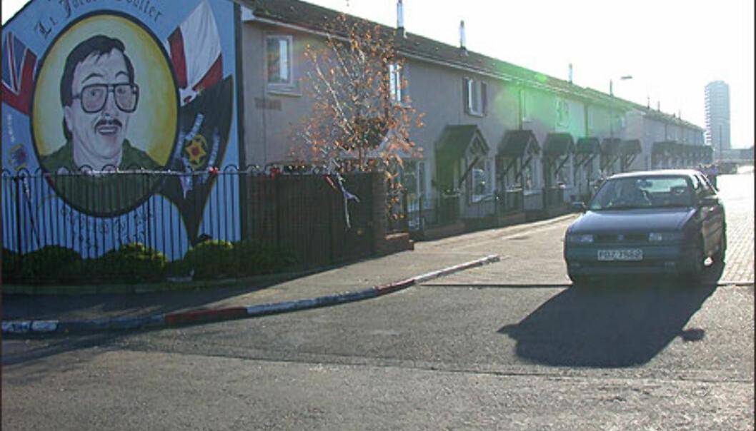 <strong>BELFAST:</strong> Unionistbydelen i Belfast markerer seg med veggmalerier. Legg merke til de Union Jack-fargede brosteinen.