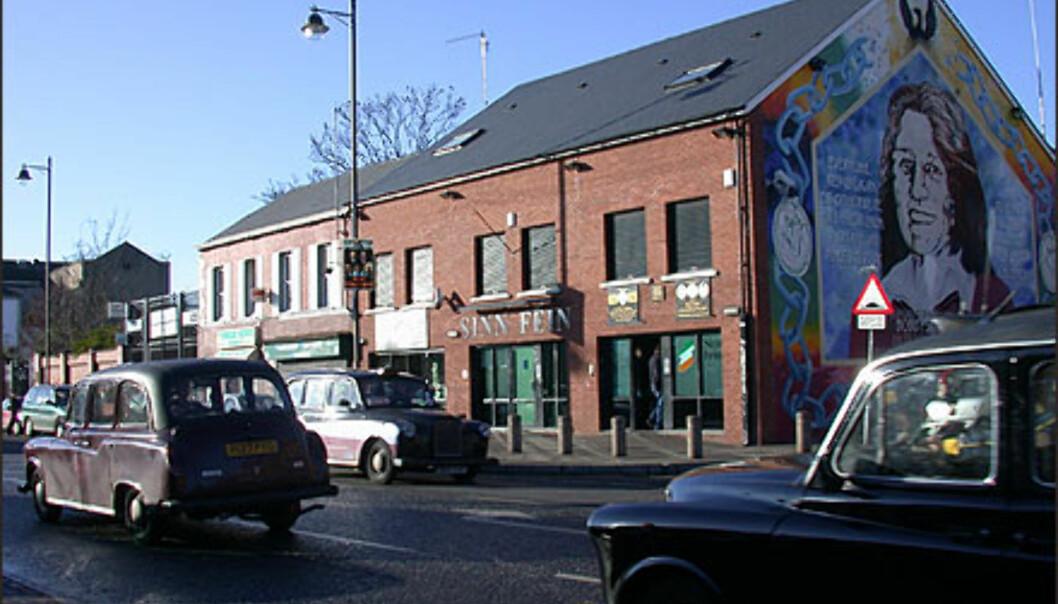 <strong>BELFAST:</strong> Huset tilhører Sinn Fein. Det sies at de katolske bydelene i Belfast ikke har veggmalerier slik som unionistbydelene fordi katolikkene <I>vet</I> at Belfast tilhører dem, og at det følgelig ikke er nødvendig å markere det gjennom slagord og grafitti.