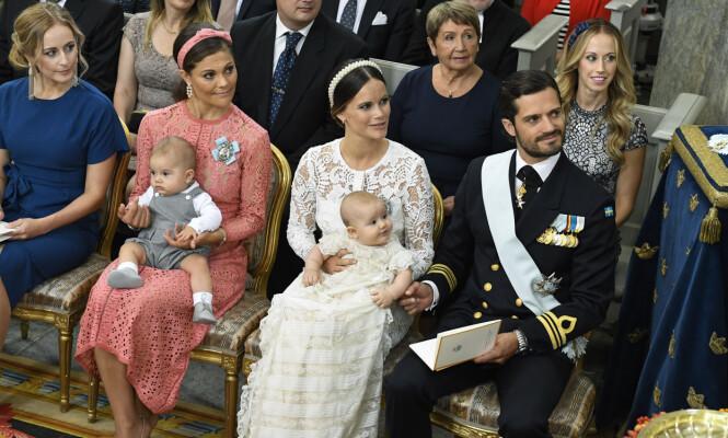 <strong>PÅ PLASS:</strong> Kronprinsesse Victoria med prins Oscar, ved siden av prinsesse Sofia med prins Alexander og prins Carl Philip. Foto: Claudio Bresciani / TT / NTB Scanpix