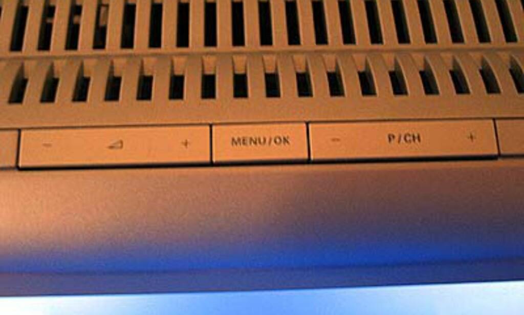 Er fjernkontrollen tom for batterier kan du også styre TVen manuelt. Knappene er på toppen.