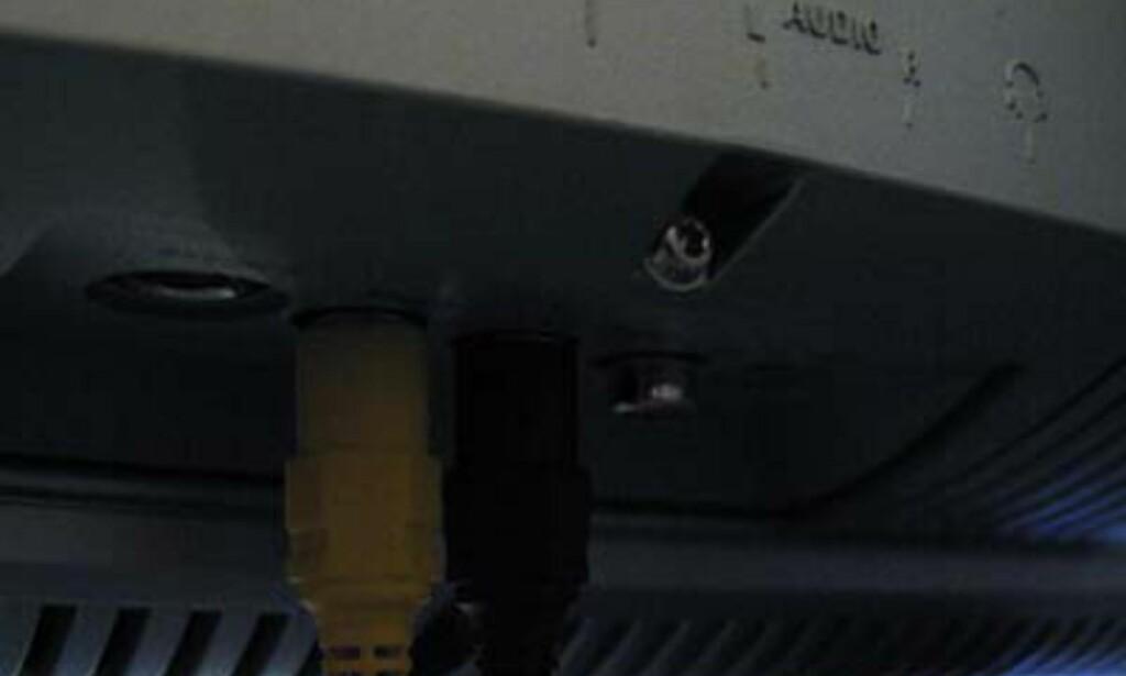 Her er det ikke lett å se hvor kablene til digitalkameraet skal.