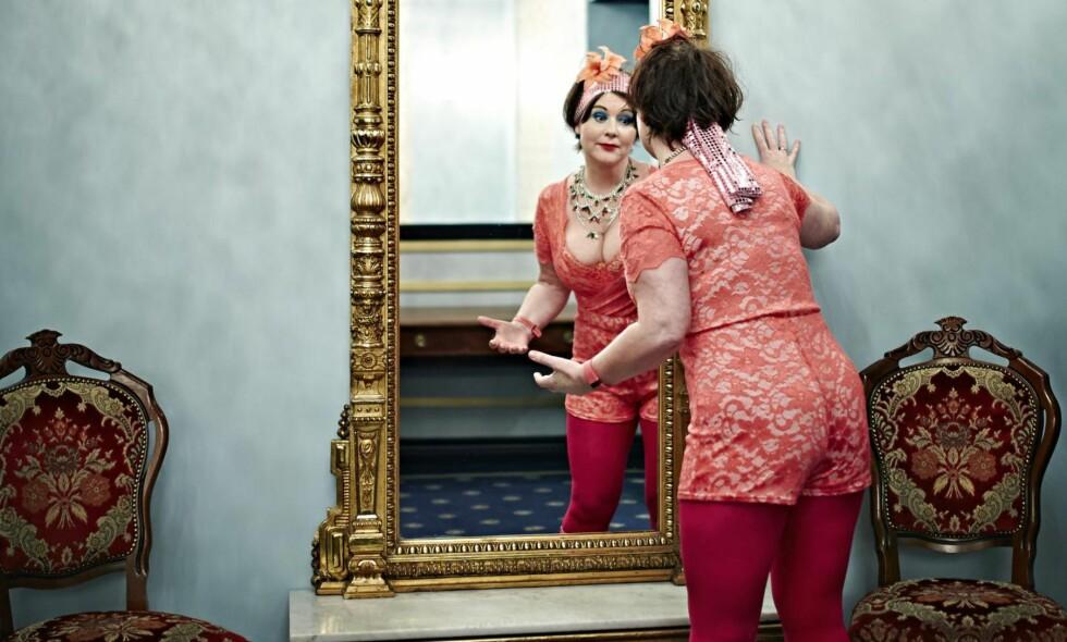 I et speil: Christine Koht pleier alltid å gå på en «selvopptatthetskræsj» når hun er på TV, men nå er hun klar for comeback med nytt tv-program. Og foreløpig går det veldig bra med psyken.  Foto: Geir Dokken