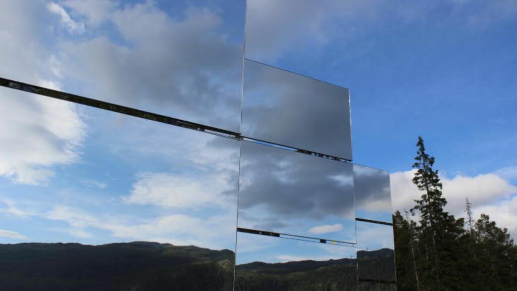 100 KVADRATMETER: Speilene som er satt opp i åsen måler tilsammen 100 kvadratmeter. Hele konstruksjonen veier 14 tonn.  Foto: Karl Martin Jakobsen