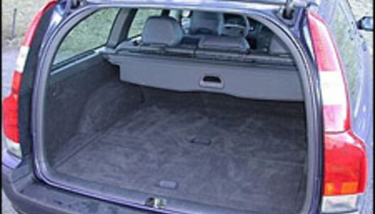 <strong>BLIR STØRRE:</strong> Ifølge VDA V214, som måler helt opp til taket, rommer Volvo V70 1.641 liter med nedfelte bakseter. Ifølge amerikanske SAE-rommer bilen 2.022 liter.<br />