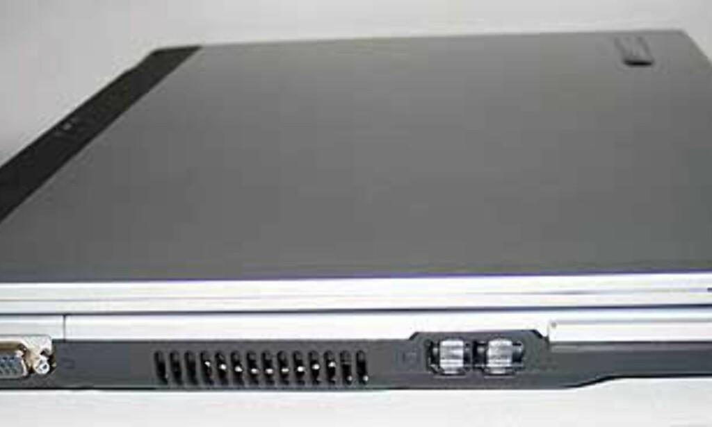 De fleste tilkoblingene finner du på sidene. Vi mener nettverk/modem-kontakt burde sittet lenger bak. Det gir den beste komforten når du har maskinen i fanget.